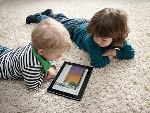 Дети играют на планшете